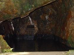 窟内に祀られた石祠.jpg